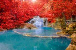 تابلو طبیعت -نمایی زیبا از آبشار و درختانی با برگهای قرمز